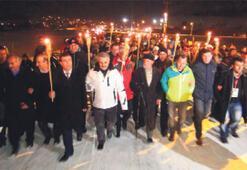 Şehitler için  meşaleli yürüyüş
