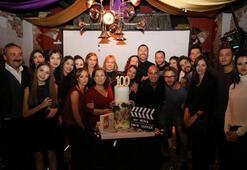 100ncü bölüme pastalı kutlama