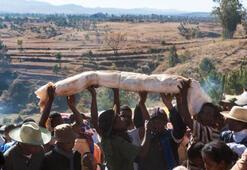 Madagaskarda bir tuhaf festival: Famadihana