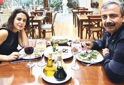Sırrı, politik görüşleri farklı olsa da herkes seni çok seviyor Çok seviyor da ben Ankara'da neden bu kadar yalnızım