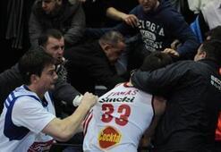 Marko Tomas taraftara saldırdı