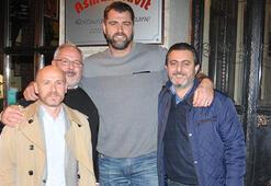 Mehmet Okur dostlarıyla yemekte