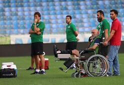 Hikmet Karaman tekerlekli sandalye ile sahaya indi