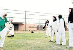 Suudi kadınlar  sahaya iniyor