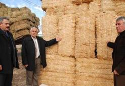 Çiftçi protesto etti, 50 kuruşa saman yolda