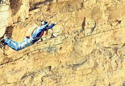 299 metreden uçuruma atladı