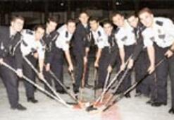 Polis buz hokeyciler hazır