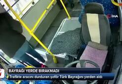 Trafikte aracını durduran şoför Türk Bayrağını yerde bırakmadı