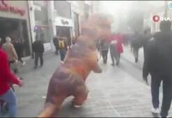 """Taksim Meydanında """"Dinozor"""" şaşkınlığı"""
