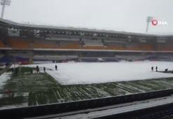 Fatih Terim Stadyumunda kar temizleme işlemleri sürüyor