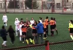 Kırmızı kart gören kadın futbolcu kadın hakeme böyle saldırdı