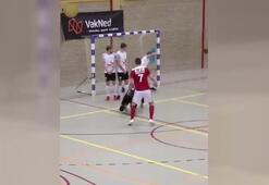 Futsal maçında akıl dolu gol