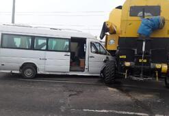 Son dakika: Yolcu minibüsü biçerdövere çarptı Çok sayıda yaralı var