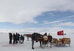 Buzla kaplı Çıldır Gölü turistleri cezbediyor