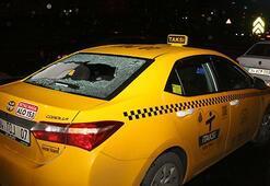 Otopark görevlisi taksinin camını yumruklayarak kırdı