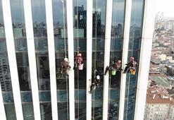 Temizlik işçilerinin ekmek mücadelesi havadan görüntülendi