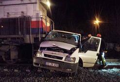 Kuru yük taşıyan tren araçla çarpıştı: Yaralılar var