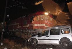 Yük treni ticari araca çarptı Ölü ve yaralı var