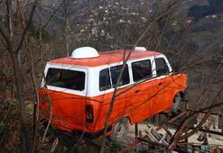 1985 model minibüsü evin önündeki yüksek platforma vinçle koydurdu