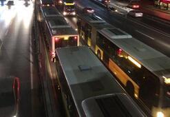 Son dakika | Metrobüs arızalandı Uzun araç kuyrukları oluştu...