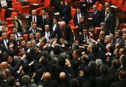 Mecliste tartışma çıktı, itişmeler yaşandı