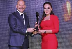 Buket Aydın Yılın Ana Haber Bülteni Sunucusu Ödülünü aldı