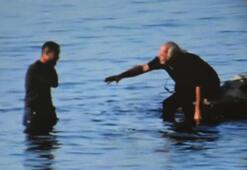 Polis silahını ve telefonunu arkadaşına verince hemen denize girdi