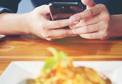 Öğrenciler akıllı telefonlarını yemeğe tercih ediyor