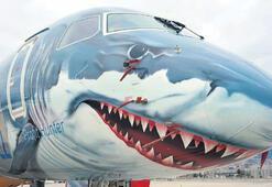 Köpekbalığı boyamalı uçak Sabiha Gökçen'de
