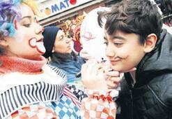 Bayraklı sokakları çocuklarla şenlendi