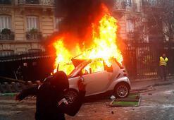 Paristeki gösteride polisten tüfek çalındı