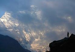 Everestte bir turist öldü