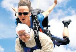 102 yaşındaki Irena 14 bin feet'ten atladı