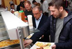 Galatasarayda futbolcular eşlerine servis yaptı