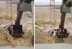 Suda kalan aracında bekleyen iki kişi kepçeyle kurtarıldı