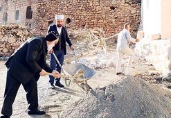 Cami onarımına  rahipten destek