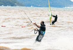 Sörfçülerin rüzgâr dansı hayran bıraktı