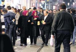 İstiklal'de akşam yürüyüşü