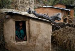 Nepal'de adet kulübesinde ateş yakan kadın, dumandan zehirlenerek öldü