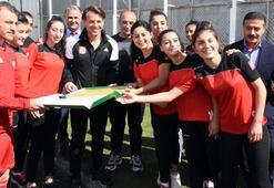 Kadın futbolculardan Sivassporun antrenmanına ziyaret