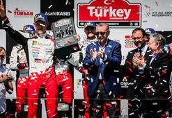 Şampiyonlar ödüllerini Cumhurbaşkanı Erdoğandan aldı