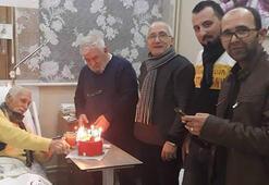 Eşref Kolçaka hastane odasında sürpriz doğum günü