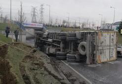Sultangazide kamyon devrildi, sürücüsü yara almadan kurtuldu