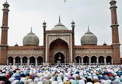 Hindistanda açık alanda namaz kılan Müslümanlara uyarı