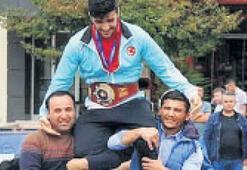 Dünya şampiyonu omuzlarda taşındı
