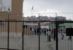Okul bahçesine girdiler Polis vurarak durdurdu