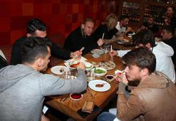 Beşiktaşlı futbolculara Japon restoranında yemek