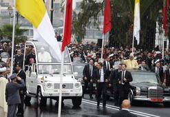 Papanın ziyaretinde şok Canlı yayında Kralın aracına koştu