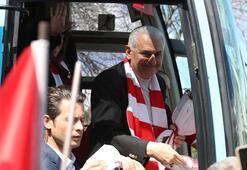 Yıldırım, İstanbulda vatandaşları selamlıyor