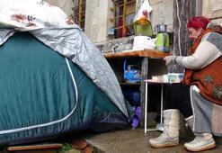 Paylaşılamayan 182 yıllık konağın önüne kurduğu çadırda yaşıyor